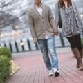 手をつなぎ散歩する若い夫婦
