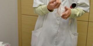 手袋をする医者