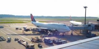 飛行場に停まっている飛行機